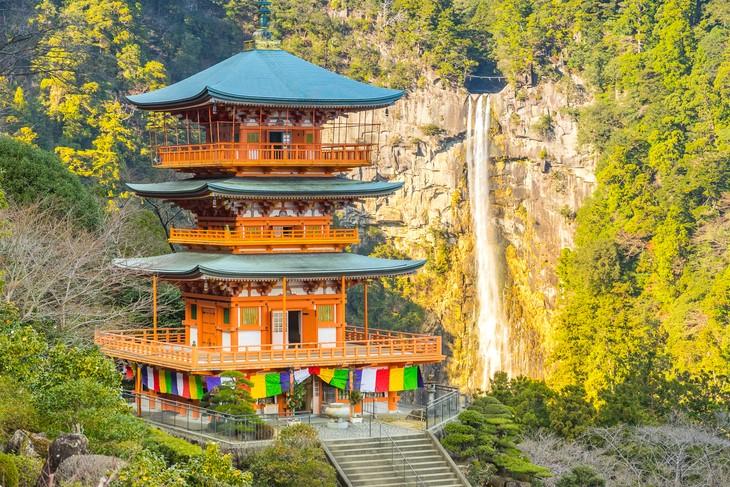 Jan Hevessy: Stavitelé chrámů – japonská rodinná pohádka trvala 1428 let a desítky generací